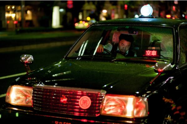 深夜勤務タクシードライバー